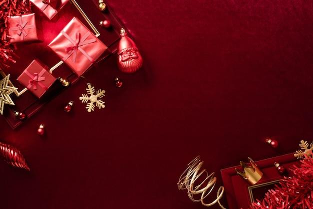 Rote weihnachtsdekoration kugel und band auf samtrotem filzstoff Premium Fotos