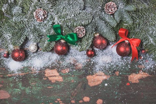 Rote weihnachtskugeln auf den zweigen einer kiefer angespannt Kostenlose Fotos