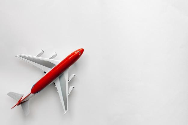 Rote weiße fläche auf draufsicht des weißen hintergrundes mit kopienraum Premium Fotos
