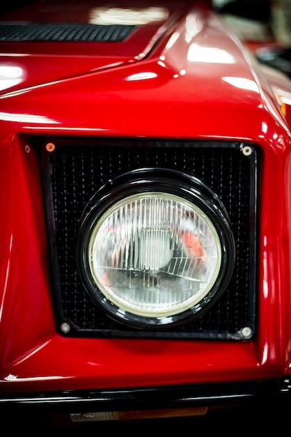 Roter autoscheinwerfer schließen oben mit unscharfem hintergrund Premium Fotos