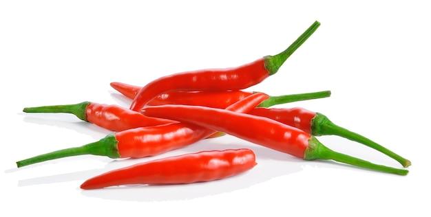 Roter chilipfeffer lokalisiert auf weißem hintergrund Premium Fotos