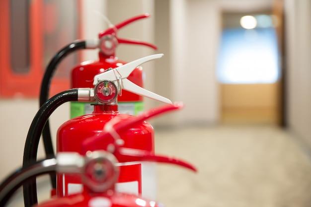 Roter feuerlöscher. Premium Fotos