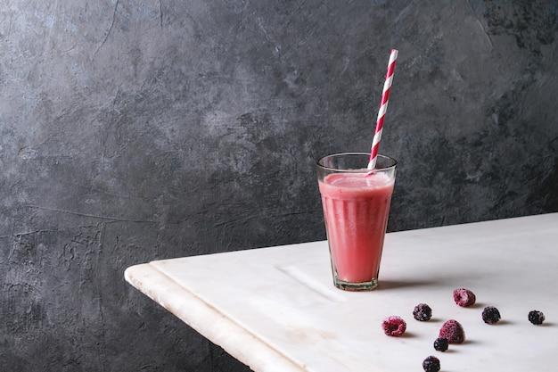 Roter fruchtcocktail Premium Fotos
