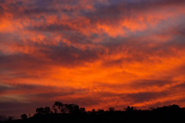 Roter himmel bei sonnenuntergang Premium Fotos