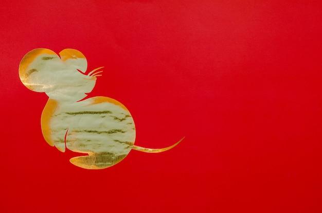 Roter hintergrund, der in rattenform schnitt, während chinesischer tierkreis auf goldpapier für das festival des chinesischen neujahrsfests 2020 setzte. Premium Fotos