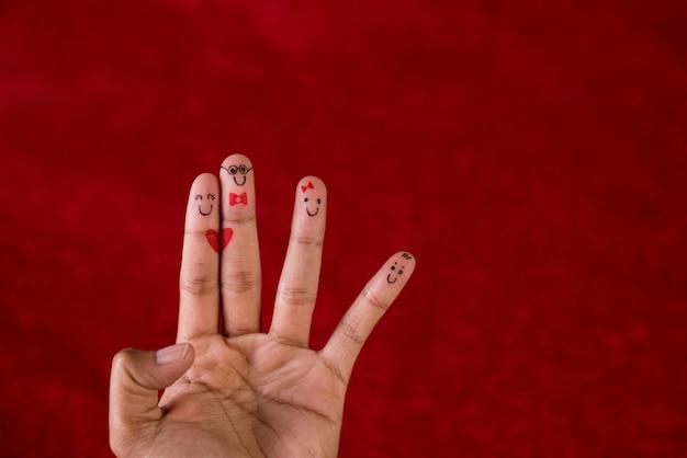 Roter hintergrund und finger und nettes lächeln kunstkonzept Premium Fotos