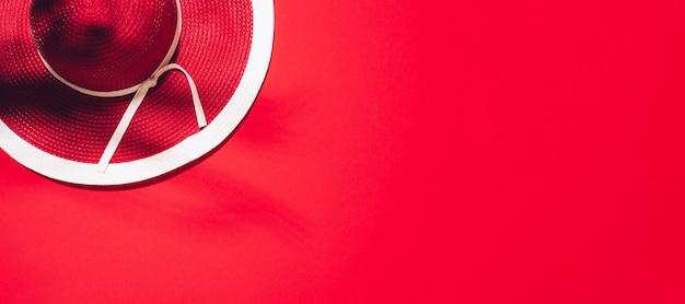 Roter hut des sommers der frauen auf papierhintergrund mit kopienraum. Premium Fotos