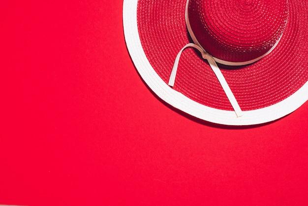 Roter hut des sommers der frauen auf papierhintergrund Premium Fotos