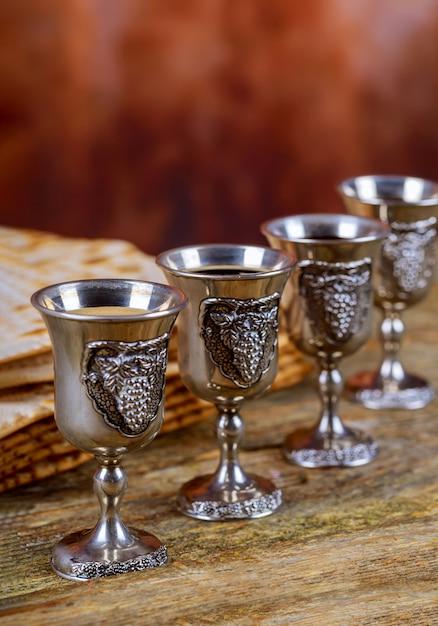 Roter koscherer wein vier von matzah oder matza passahfest haggadah Premium Fotos