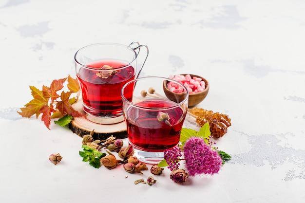 Roter kräutertee mit kräutern und blumen Premium Fotos