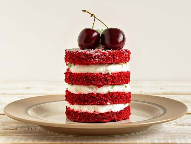 Roter kuchen mit kirsche Premium Fotos