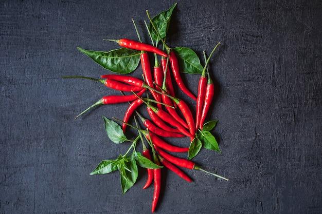 Roter paprika auf schwarzem hintergrund Premium Fotos