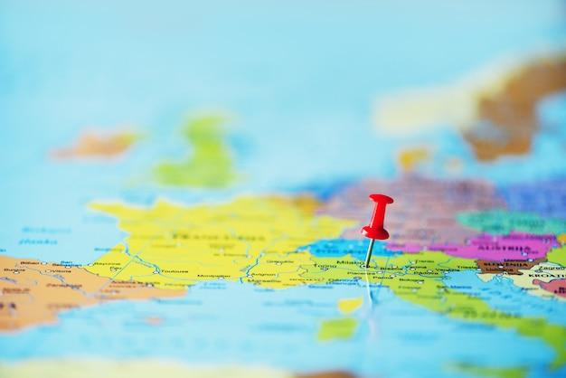 Roter push-pin, thumbtack, pin, der den standort und den zielpunkt auf der karte anzeigt. kopieren sie platz, lebensstilkonzept Premium Fotos
