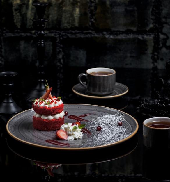 Roter samtkuchen gefüllt mit weißer buttercreme Kostenlose Fotos