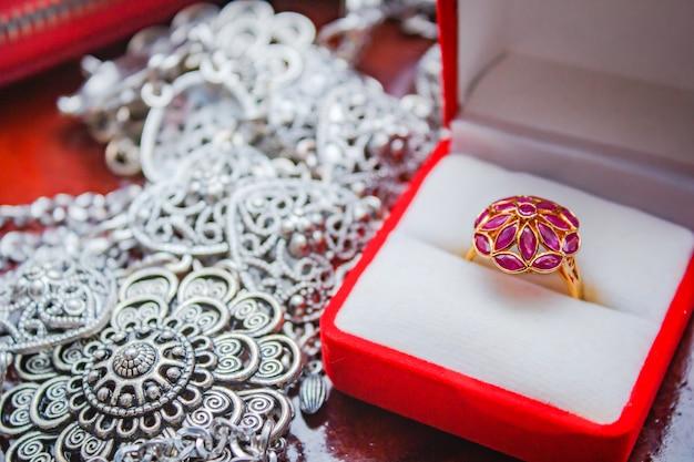 Roter saphir ring gold. Premium Fotos