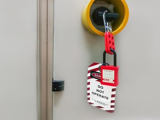 Roter schlüssel gesperrt und tag für prozessabschaltung elektrisch, die umschalt-tag-nummer für elektrische abmeldung tag out Premium Fotos