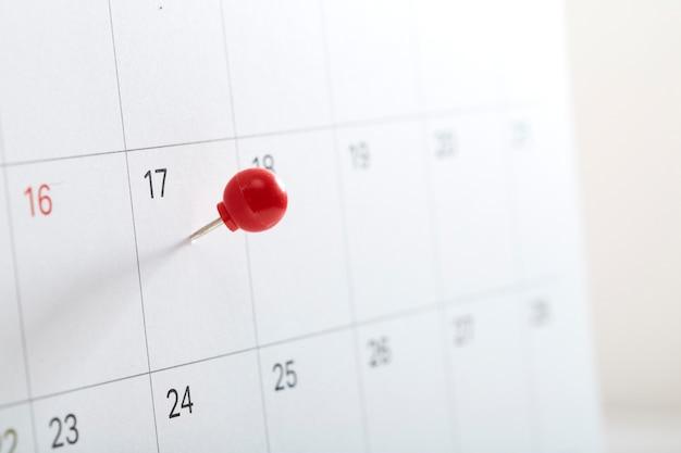 Roter stift am kalender zum erinnern Premium Fotos