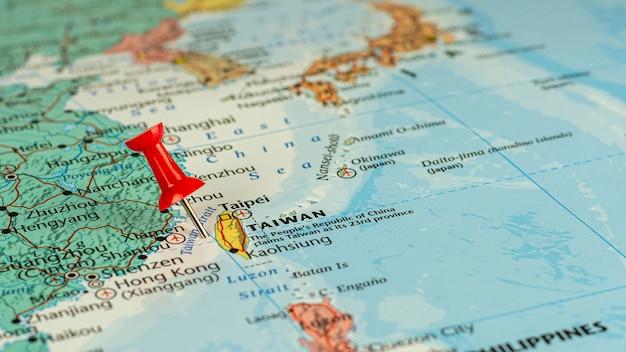 Roter stift gesetzt selektiv an taiwan-karte Premium Fotos