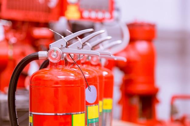 Roter tank mit feuerlöscher übersicht über eine leistungsstarke industrielle feuerlöschanlage. Premium Fotos