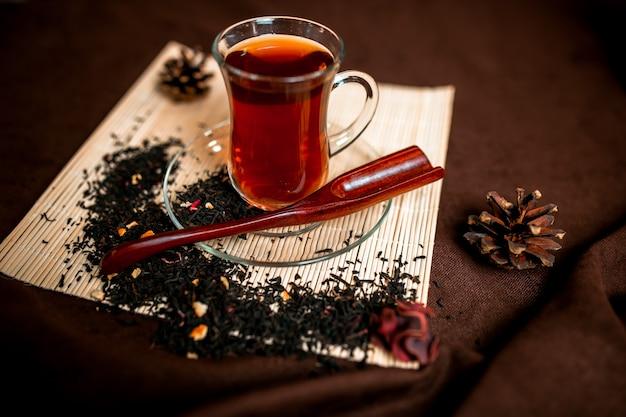 Roter tee in der tasse des glases Premium Fotos