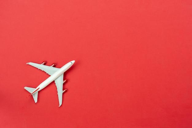Roter tisch mit spielzeugflugzeug Premium Fotos