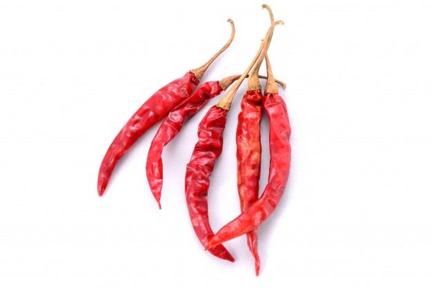 Roter trockener paprika getrennt auf weißem hintergrund Premium Fotos