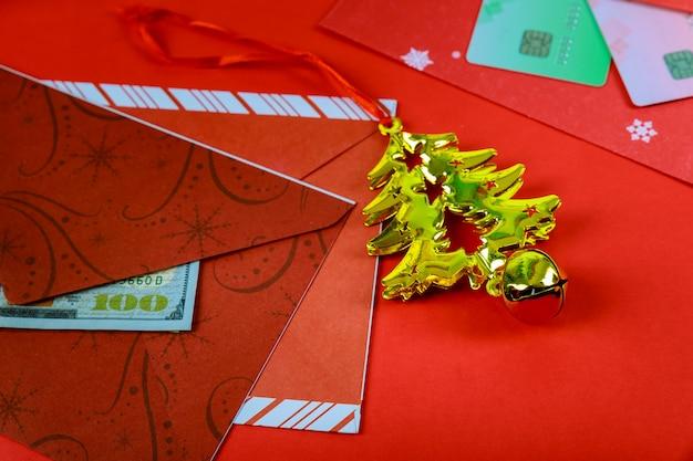 Roter umschlag mit dollar für bonus des chinesischen neujahrsfests im roten hintergrund Premium Fotos