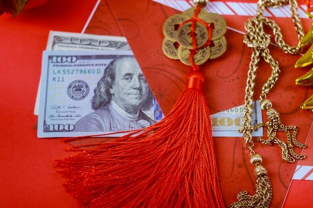 Roter umschlag mit dollar für prämie des chinesischen neujahrsfests im roten hintergrund, glückliches chinesisches konzept des neuen jahres Premium Fotos
