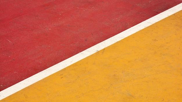 Roter und gelber basketballplatz der nahaufnahme Premium Fotos