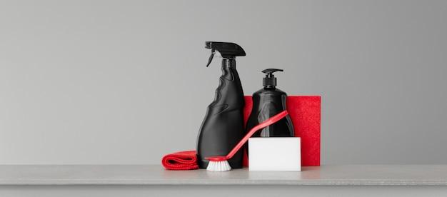 Roter und schwarzer satz werkzeuge und werkzeuge für die reinigung der küche Premium Fotos
