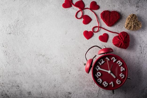 Roter wecker mit rotem herzen, valentinsgrußtageskonzept. Kostenlose Fotos