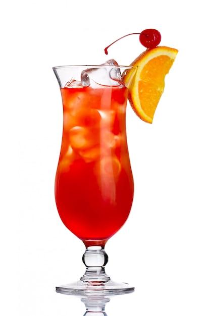 Rotes alkoholcocktail herein mit der orange scheibe lokalisiert Premium Fotos