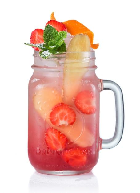 Rotes alkoholcocktail mit früchten in trinkendem glas Premium Fotos