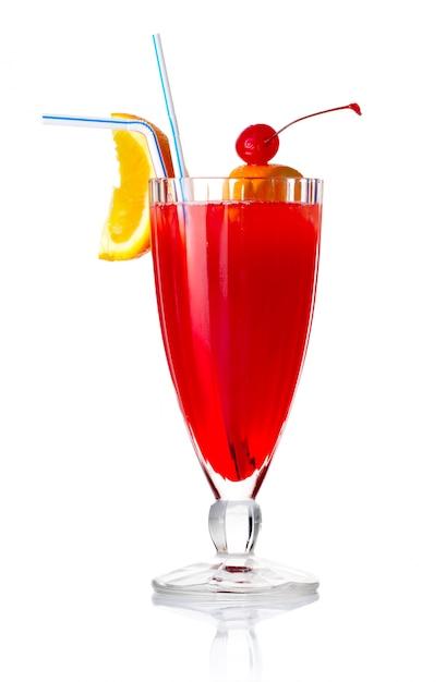 Rotes alkoholcocktail mit orange scheibe und regenschirm lokalisiert Premium Fotos
