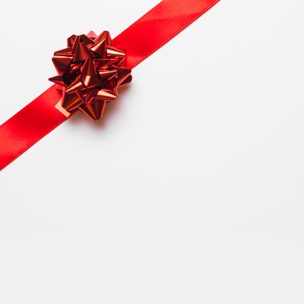 Rotes band mit glänzendem bogen Kostenlose Fotos