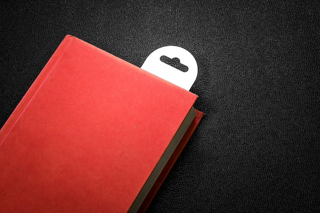 Rotes buch der weinlese mit einem lesezeichen auf dunklem hintergrund. Premium Fotos