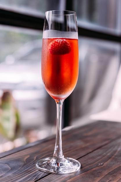 Rotes cocktail mit himbeere nach innen im glaswein. Premium Fotos