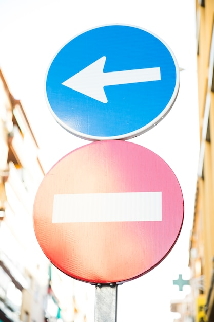 Rotes endstraßenschild und richtungszeichen auf straße Kostenlose Fotos