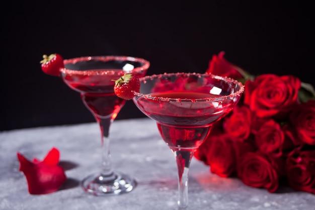 Rotes exotisches alkoholisches cocktail in den klargläsern Premium Fotos