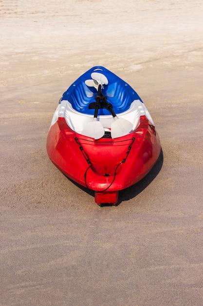 Rotes kayaking boot auf dem tropischen strandbereich Premium Fotos