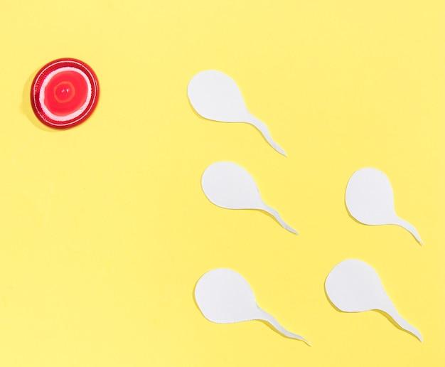 Rotes kondom der draufsicht, das wie ein ziel aussieht Kostenlose Fotos