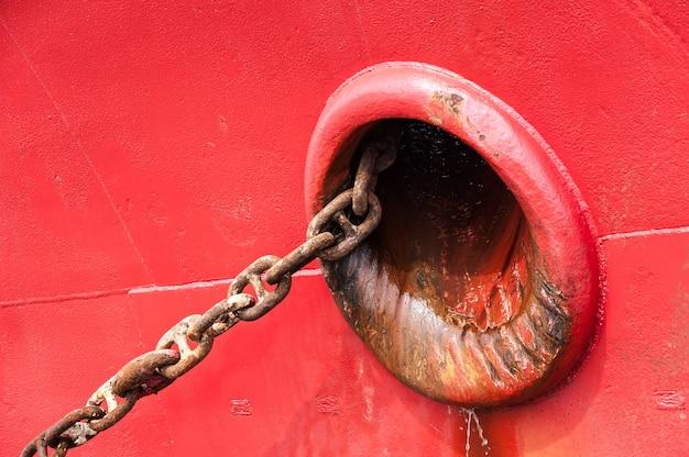 Rotes lieferungs-detail mit großer kette Premium Fotos