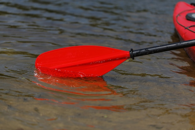 Rotes paddel für wildwasser-rafting und kajakfahren Premium Fotos