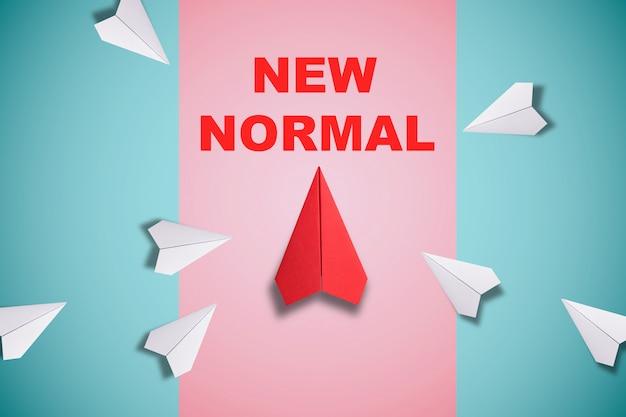 Rotes papierflugzeug außerhalb der linie mit weißem papier, um störungen zu ändern und neuen normalen weg auf blauem hintergrund zu finden. lift und geschäftskreativität neue idee zur entdeckung von innovationstechnologie. Premium Fotos