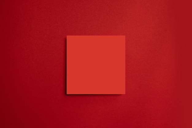 Rotes papierplakat auf einem roten hintergrund. alles in einer minimalen stilvorlage. Premium Fotos