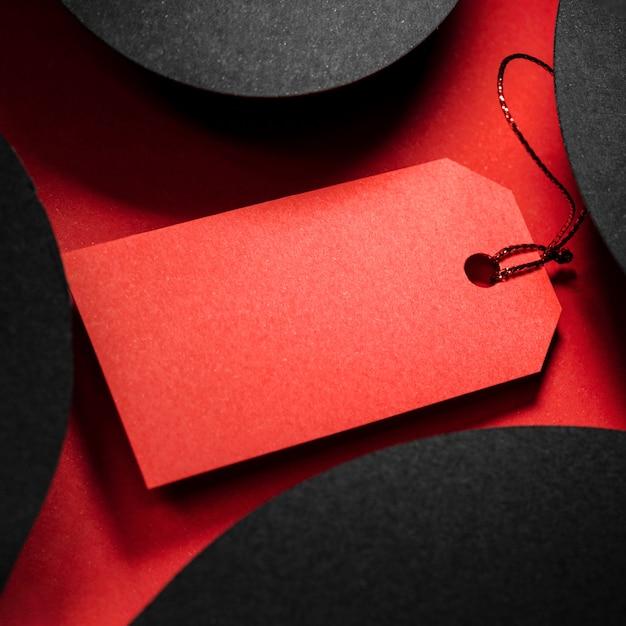 Rotes preisschild der hohen ansicht und abstrakte schwarze formen Kostenlose Fotos