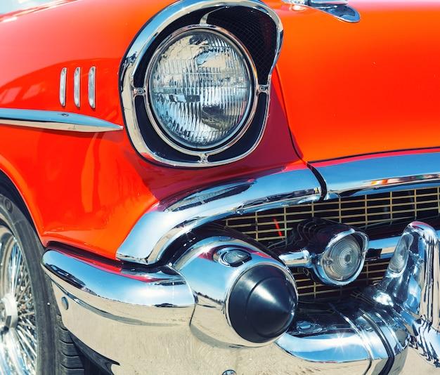 Rotes retro-auto Premium Fotos