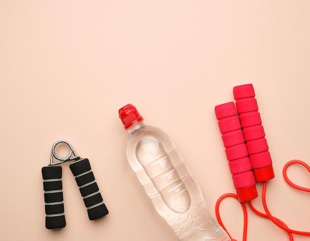 Rotes sportseil für das springen und herz last auf einem beige Premium Fotos