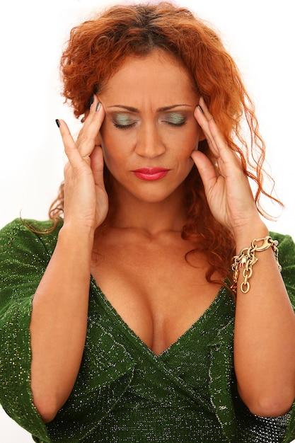 Rothaarige frau mit kopfschmerzen | Kostenlose Foto
