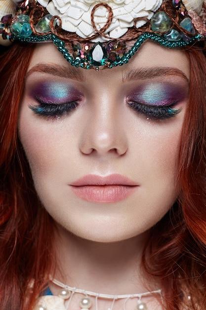 Rothaarigemädchen mit hellem make-up und großen wimpern Premium Fotos